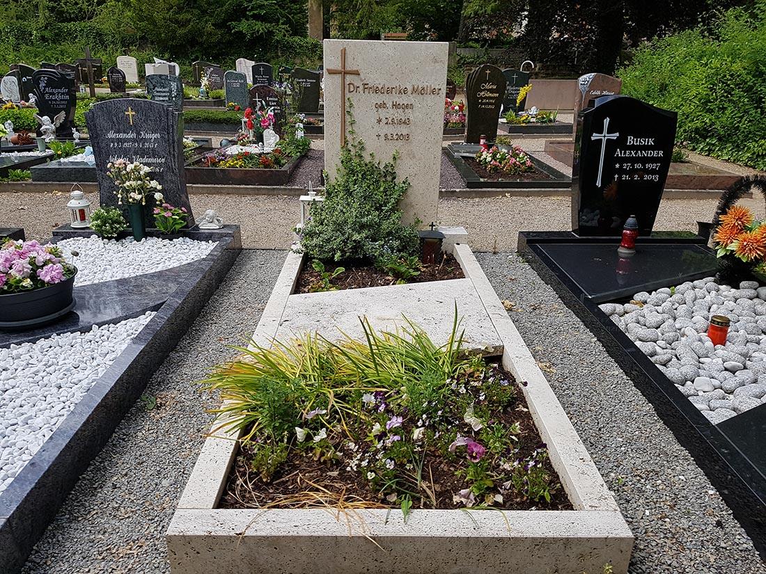 Einzelgrabsteine gibt es in allen möglichen Varianten.