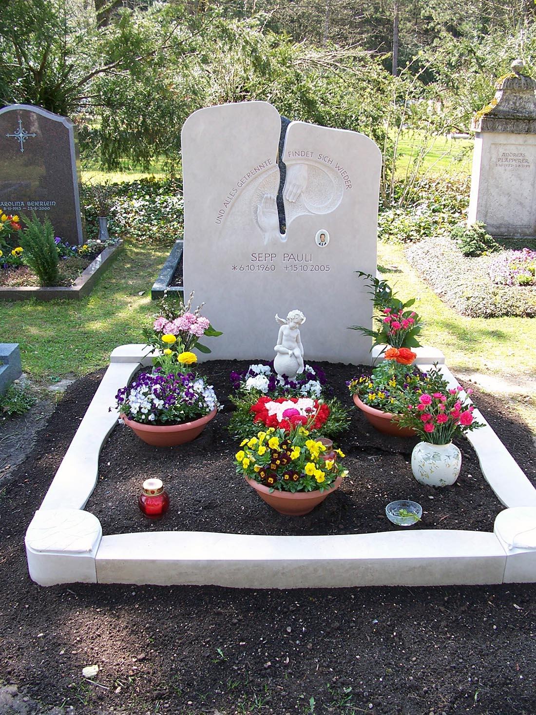 Mit Grabschalen lässt sich die Grabbepflanzung variieren.