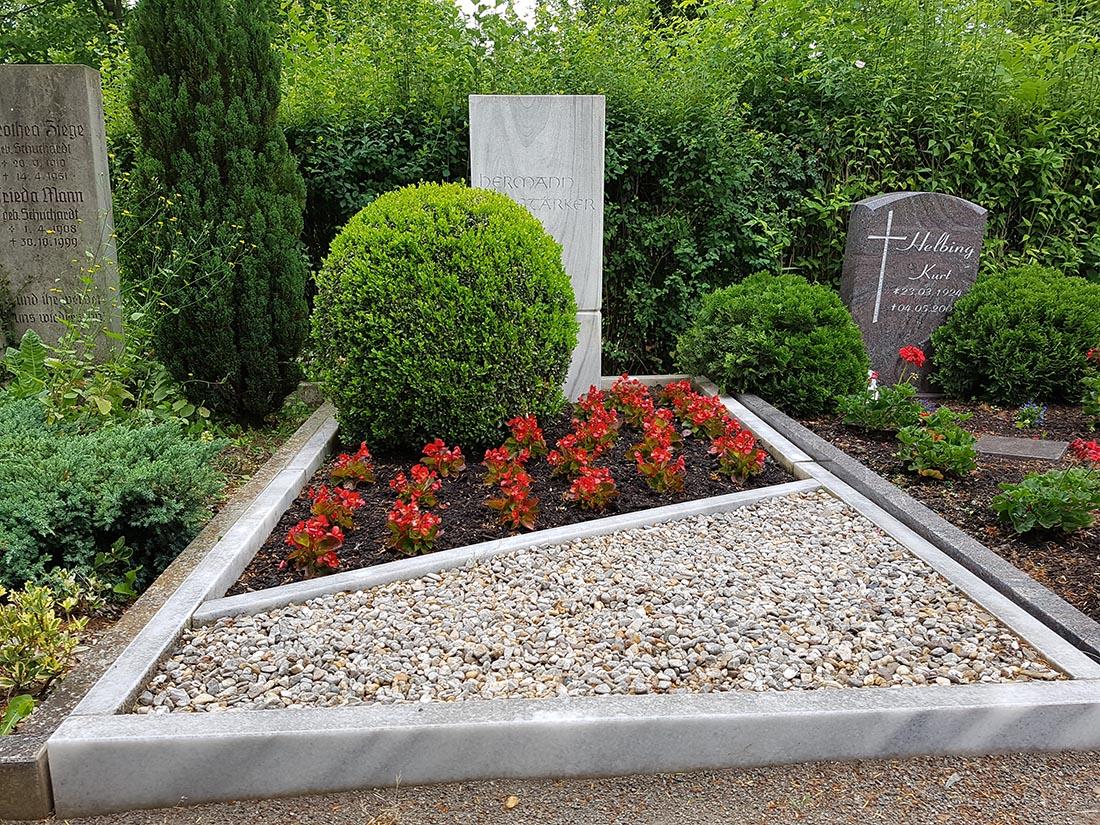 Die Grabgestaltung mit Kies ist unkompliziert und modern.