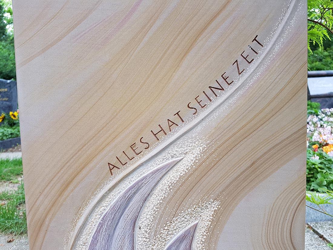 Die Grabsteininschrift kann in Inhalt und Design frei gewählt werden.