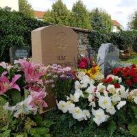 Üppige Grabbepflanzung von Urnengräbern