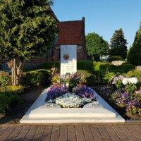 Aufwendig dekoriertes Sommergrab