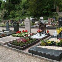 Grabgestaltung mit Grabplatten und Kies