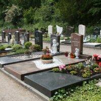 Grabplatten in Kombination mit Grabbepflanzung