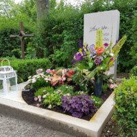 Liebevoll geschmücktes Urnengrab