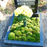 Moos und ein Blumenstrauß als Farbtupfer
