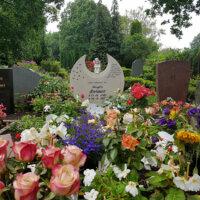 Sommerlich gestaltetes Kindergrab