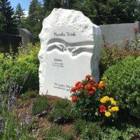 Sommerliche Grabgestaltung mit Lavendel