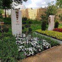Sorgfältig bepflanze Gräber