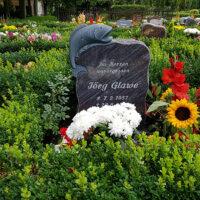 Urnengrab mit Gladiolen und Sonnenblumen