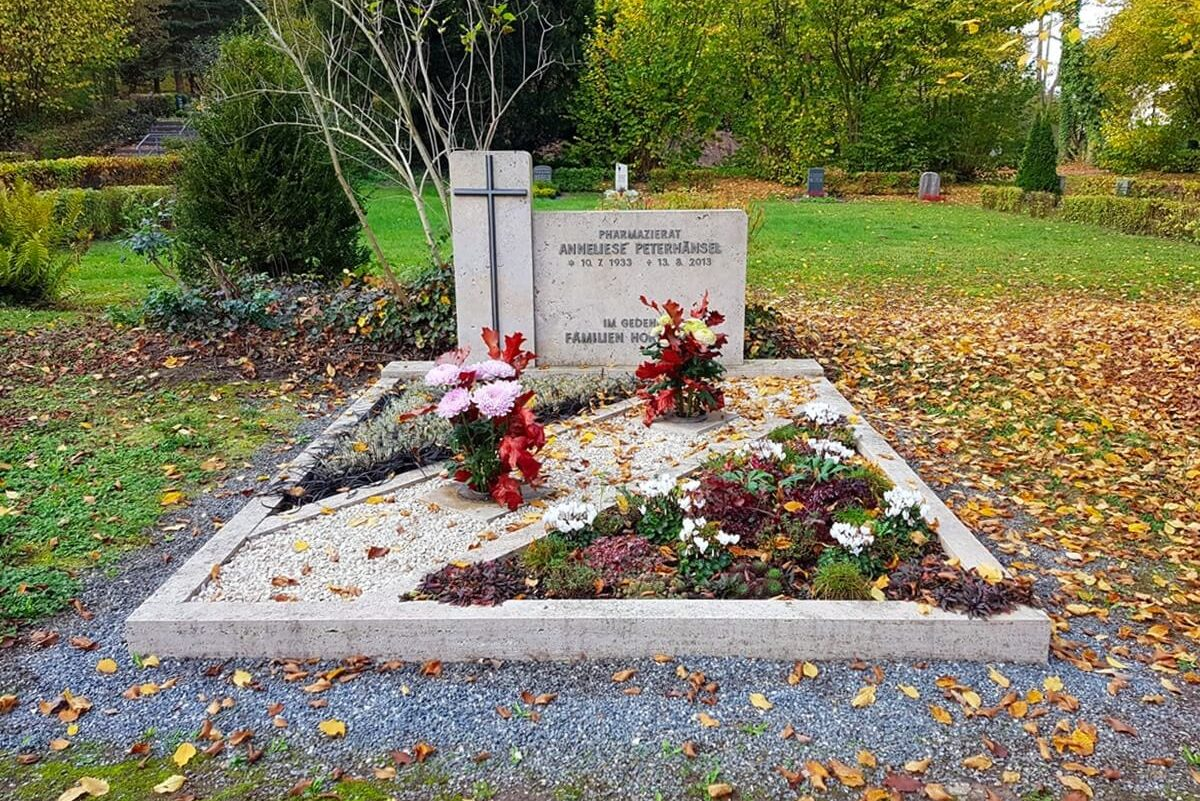Doppelgrab mit Grabeinfassung