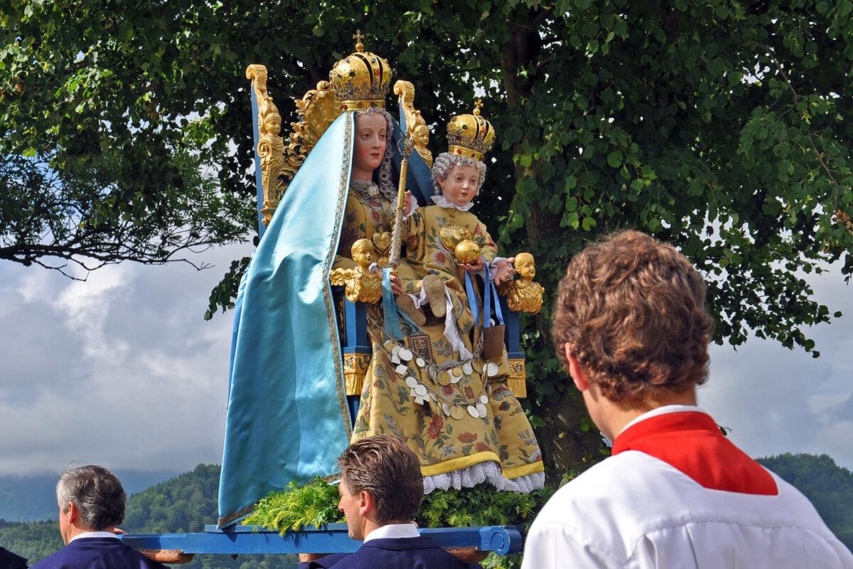 Feierliche Prozessionen mit goldenen Monstranzen gehören zum Brauchtum von Fronleichnam