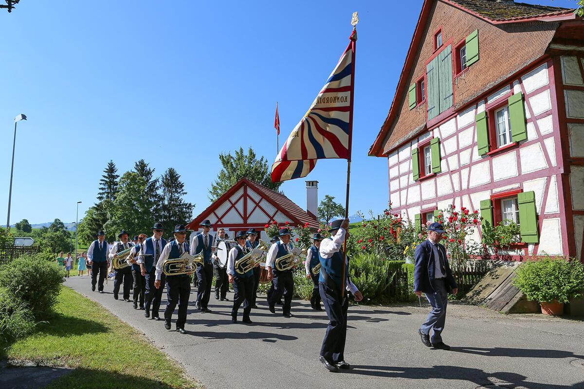 In Österreich und Liechtenstein ist Fronleichnam ein Feiertag und wird mit Prozessionen gefeiert