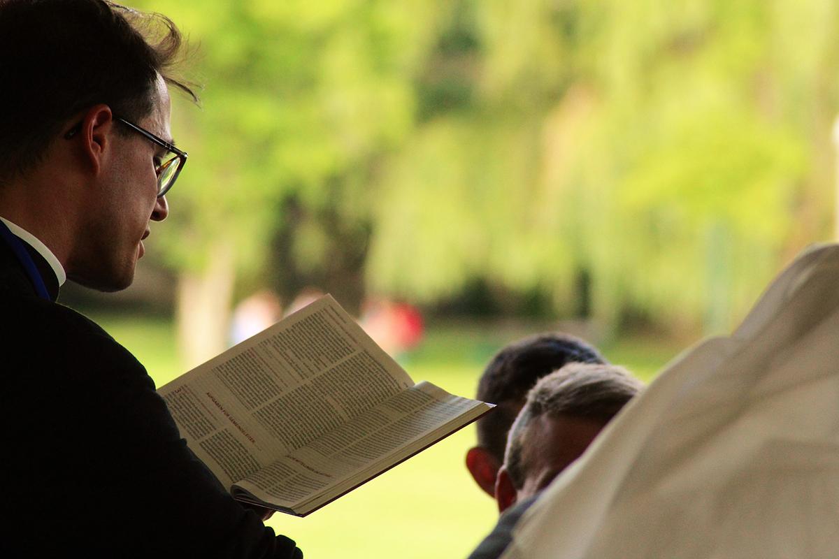 Priester als Trauerredner bei einer Trauerfeier
