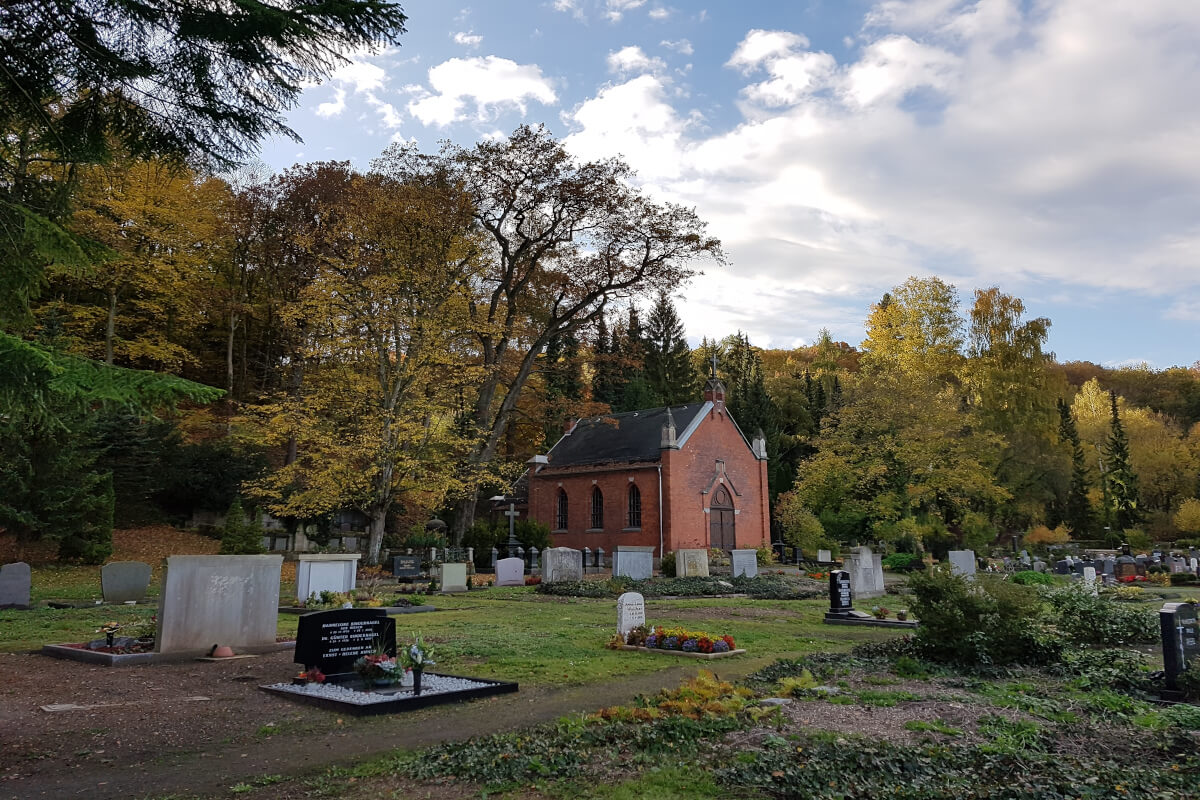Gräber um eine Kapelle herum