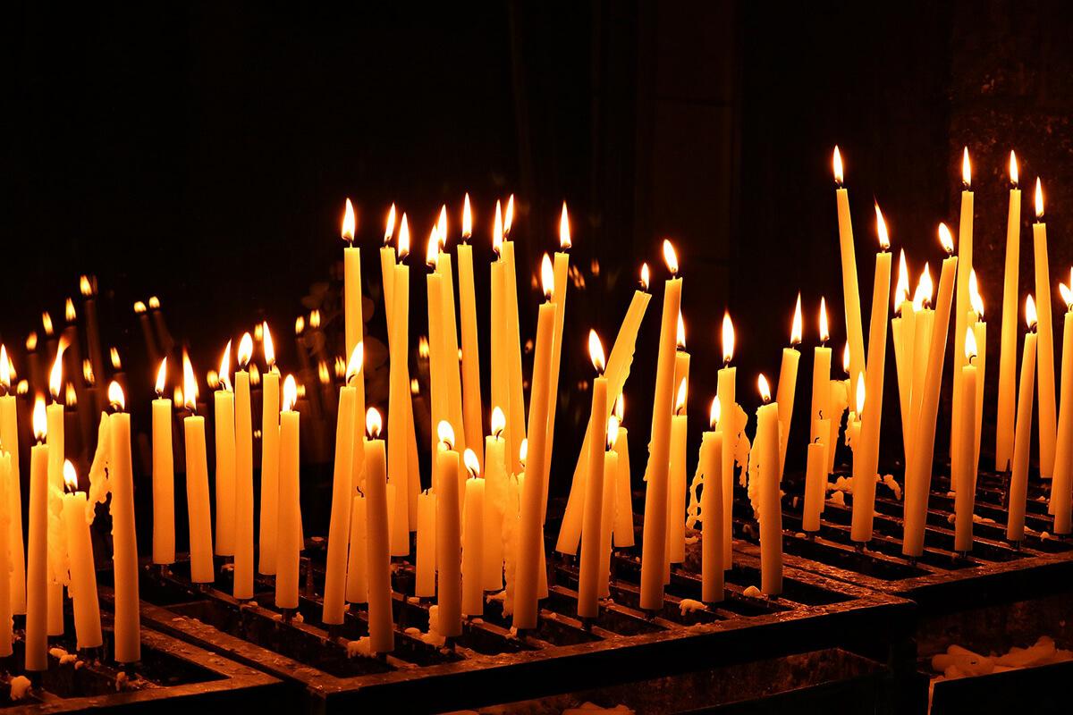 Totensonntag November Kerzen in der Kirche
