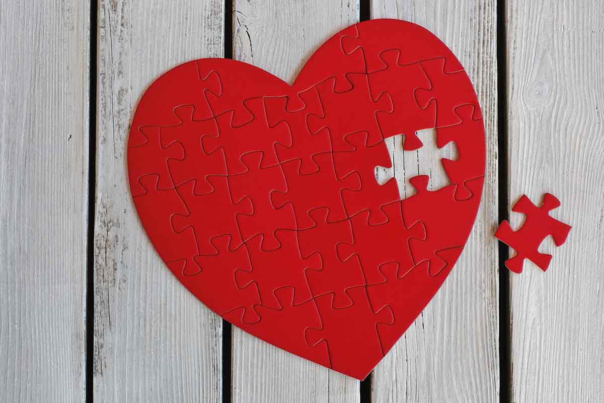Rotes Herz aus Puzzlestücken mit fehlendem Stück