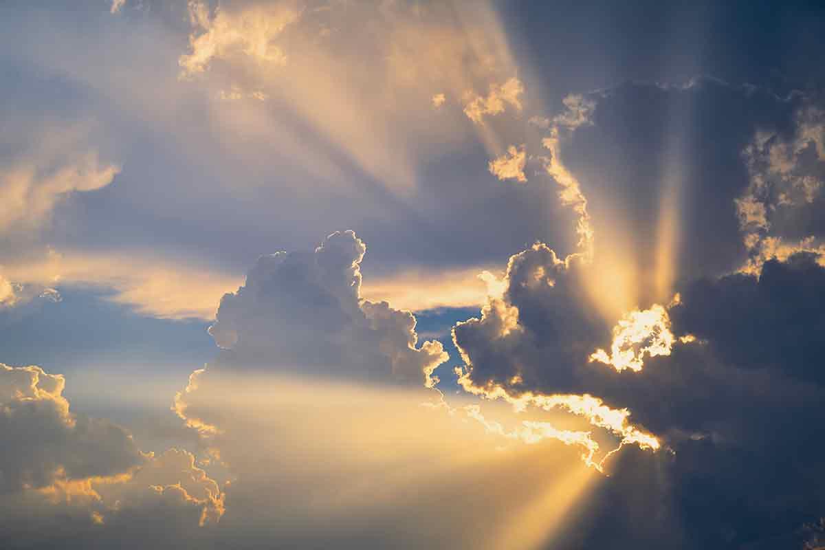 Sonnenstrahlen kommen durch dichte Wolkendecke