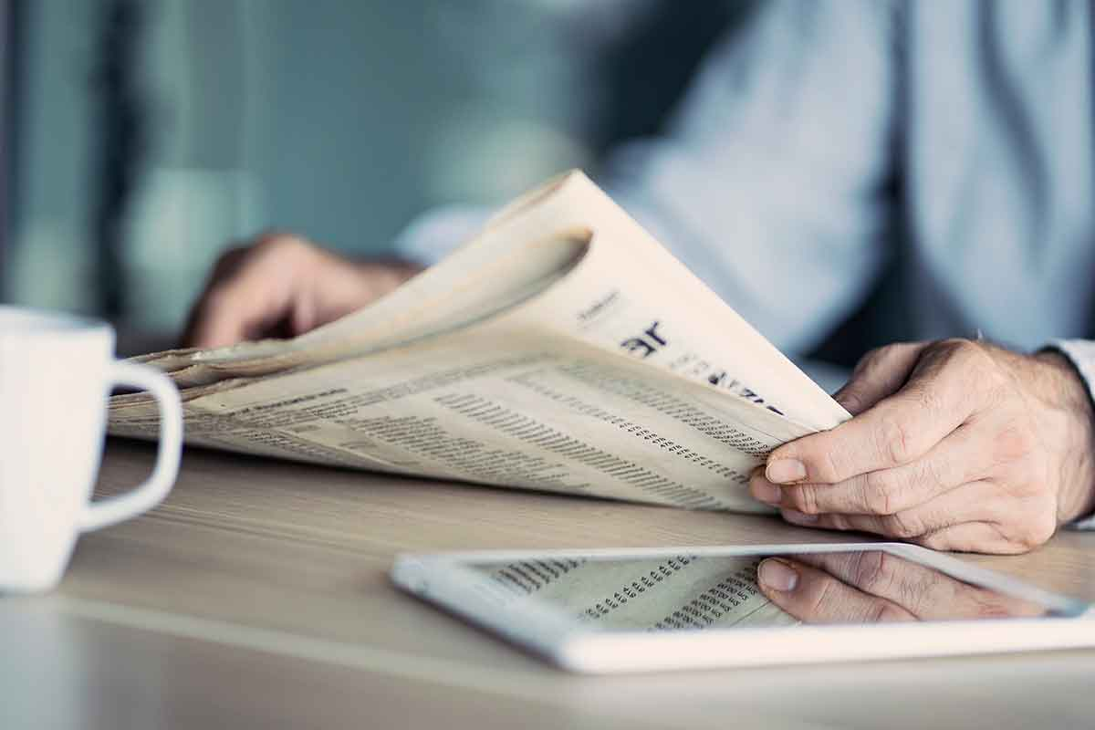 Mann liest Danksagung zur Trauer in der Zeitung
