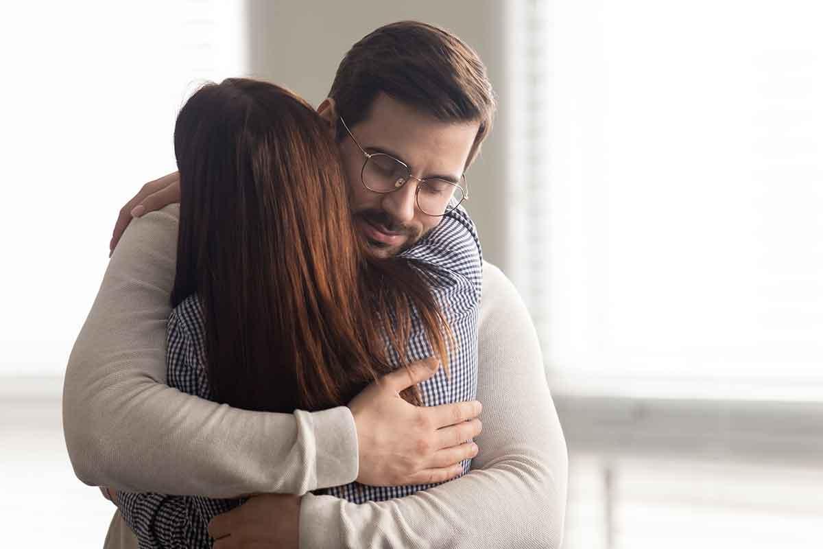 Mann umarmt Frau für schöne Danksagung zur Trauer
