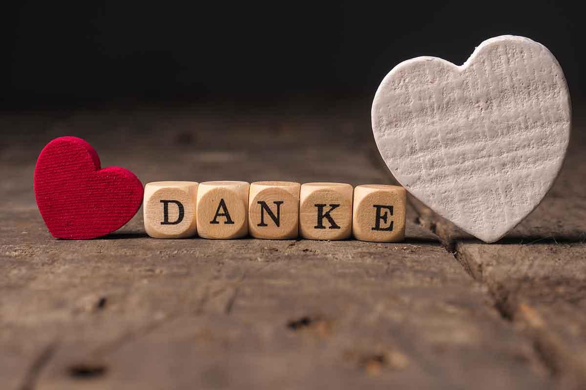 Danke Buchstaben mit Herzen auf Tisch
