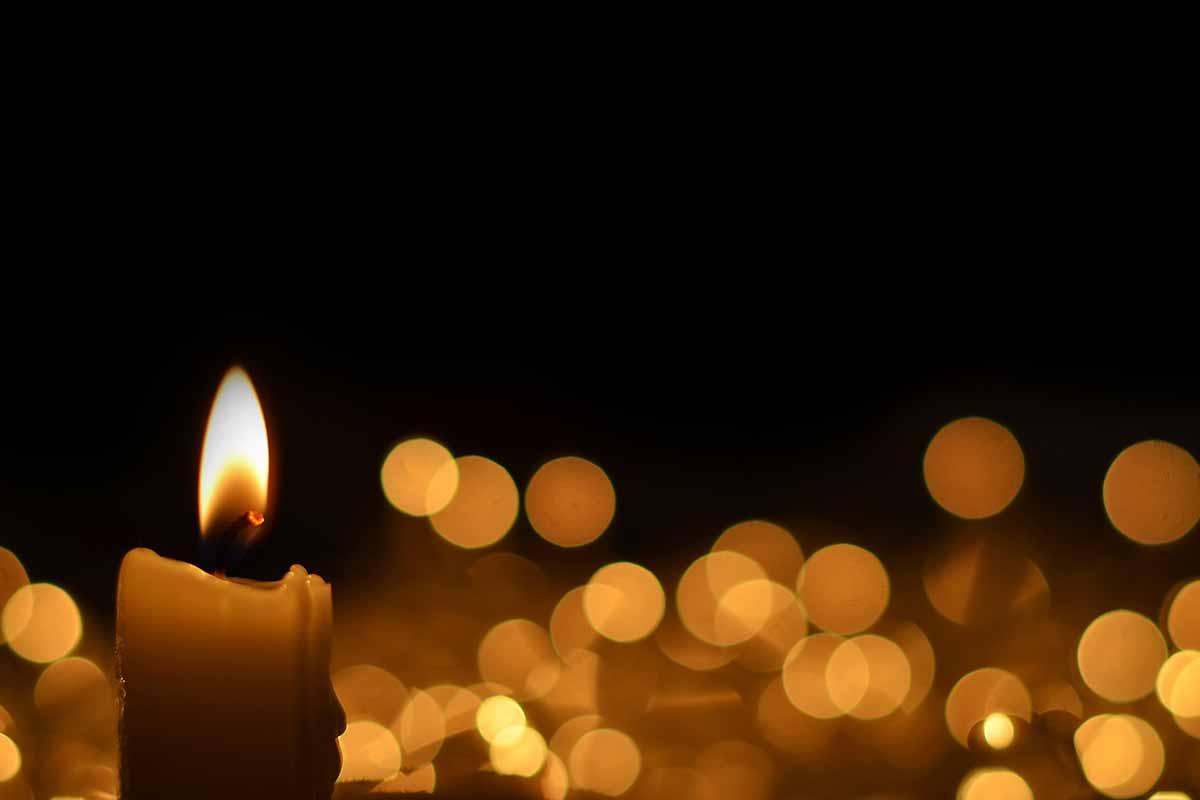 Brennende Kerzen mit dunklem Hintergrund zu Danksagungen zur Trauer